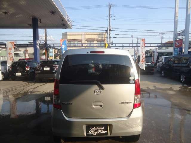 薄く黒い色で色づいた純正プライバシーガラス装着車輌です。