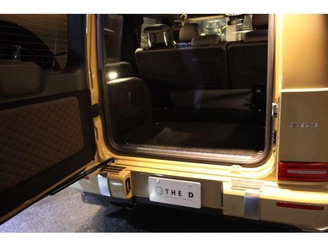 トランクの荷室は大容量でリアシートも前方へ倒すことができます。その際にはヘッドレストを外すとより広く荷室を使うことができます。