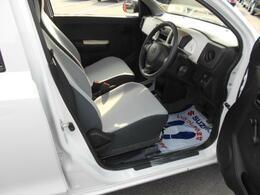 運転席廻り シート分離なので自分のスペースをしっかり確保出来ます☆