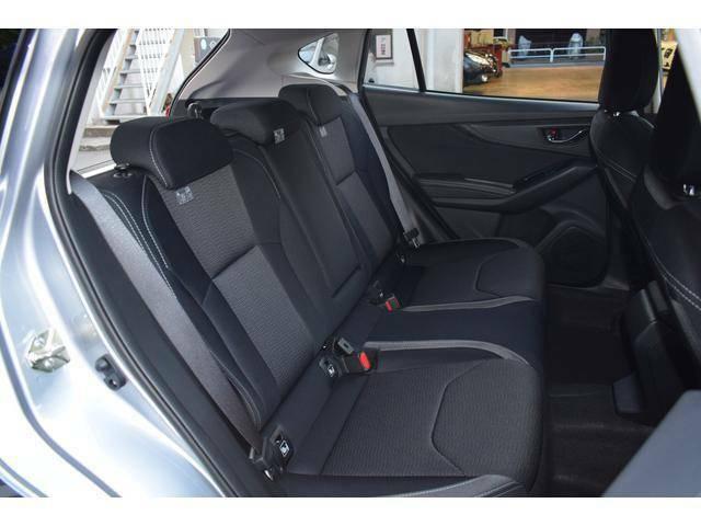広々とした後部座席。安全性の高い3点式シートベルトを全席に採用。