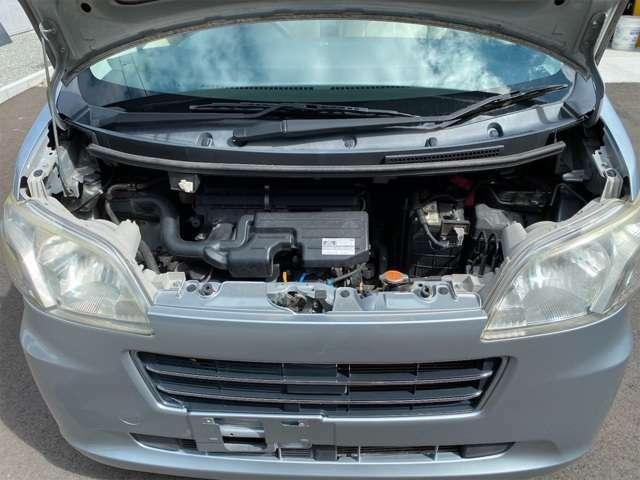 キレイなエンジンルーム。納車時にエンジンオイル交換サービス。