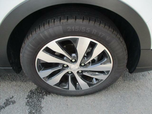 4本のタイヤの溝は各々十分なもので、まだまだいっぱい走行できそうです!