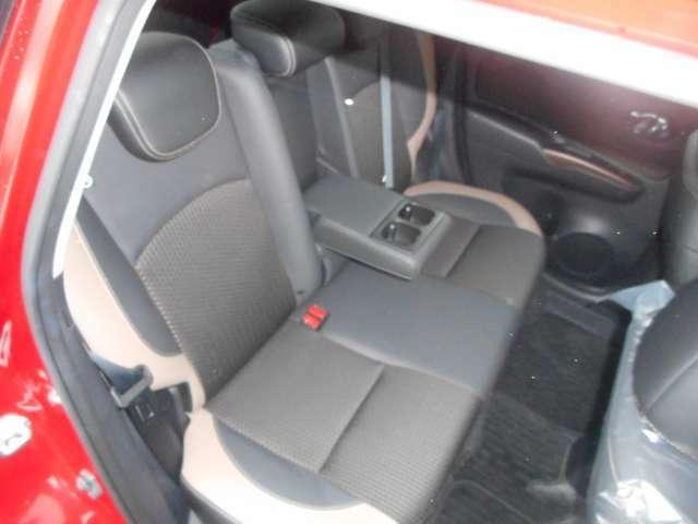 後部座席。座席中央がアームレストになります。シートもメダリスト専用シートです。