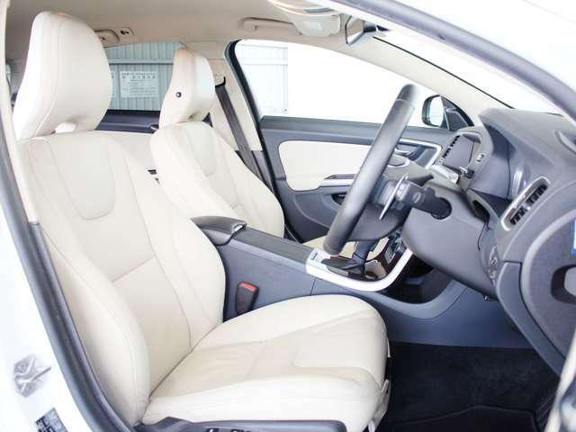 人間工学に基づいた設計のされたシートは、ボルボとしてもこだわりのポイントです 無段階のパワーシートやシートヒーターも装備されているため、長距離ドライブでも疲れ知らずです