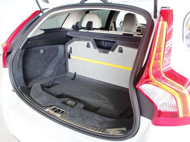 ラゲッジの床板は一部を立ち上げることができ、荷室を前後で区分けることができます 板の内側には黄色いゴムバンドがあり、荷物を固定させる際に便利です