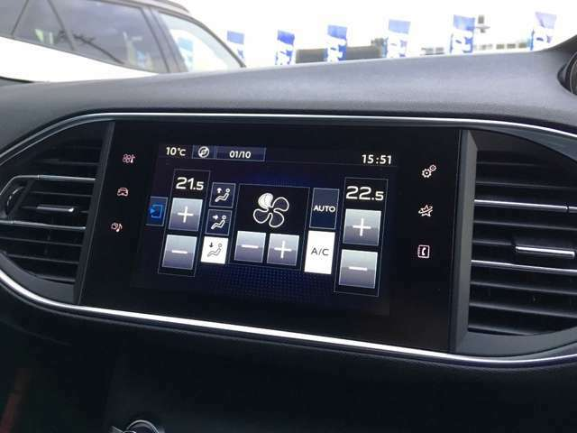 専用タッチスクリーン!車両の詳細な設定はこちらで行えます。