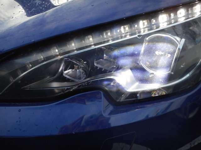 夜間走行を明るくクリアに照らし出すフルLEDヘッドライトが標準装着されてます。