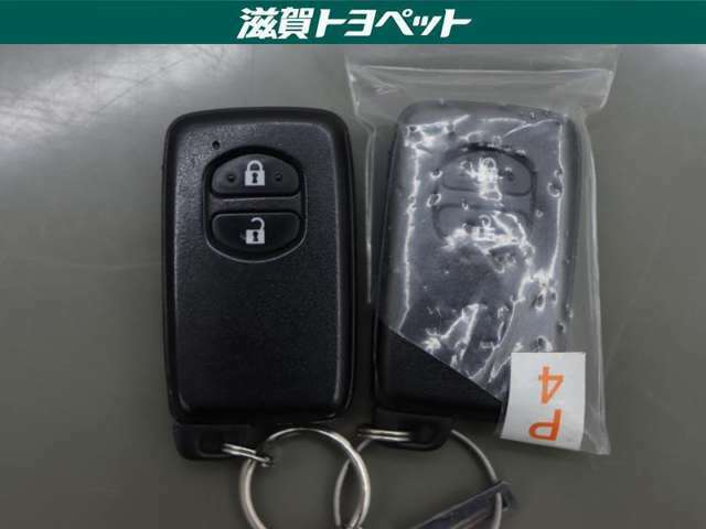 ドアの開け閉めや、エンジンの始動など鍵を使わずに作動出来る便利なスマ-トキ-を装備しております。