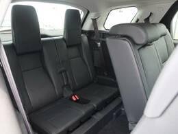 【7シート】3列に分かれた7人乗りのシートは簡単に展開可能です! 大人数での旅行もこれ一台で大丈夫!!さらにリアシートを倒すことでバリエーション豊かに収納できます。
