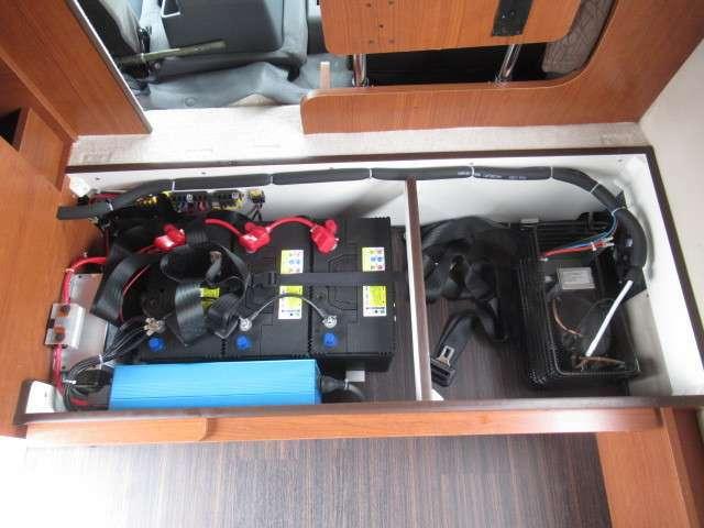 トリプルサブバッテリー、走行充電、外部充電、外部電源、1500Wインバーター装備しております♪