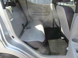 リヤシートの足元も広くてゆったり座れます