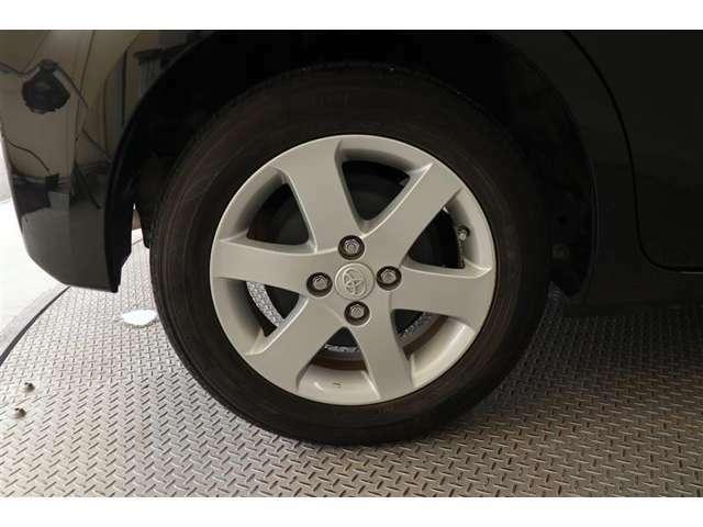 純正アルミホイール【タイヤサイズ175/65R15】見た目のかっこよさなどから選ばれるアルミホイール◎車体の雰囲気と合っているのは純正品ならではですね!