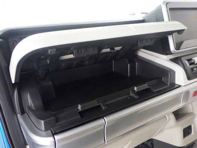 助手席周辺に 大小さまざまな収納があります。スッキリ車内で ドライブをお楽しみください♪