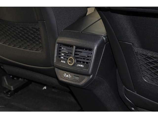 2列目のシートにご乗車なさるお客様の為のエアコンの吹き出し口がございますので、お暑い日・お寒い日でも快適にドライブをお楽しみいただけることと存じます。