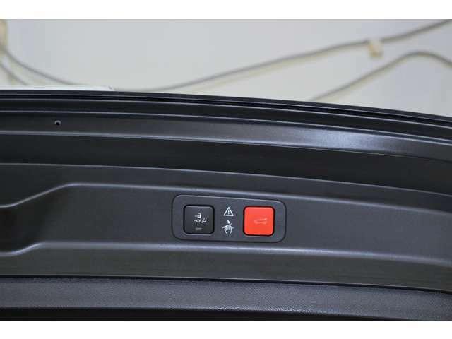 両手でお荷物をお持ちになられている際にでも、後ろのバンパーの下で足を動かすだけでトランクゲートを開閉することが可能な『ハンズフリー電動テールゲート』が標準装備されてございます。