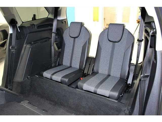 3列目のシートも、お一人お一人がドッシリとお座り頂ける独立タイプでございます。