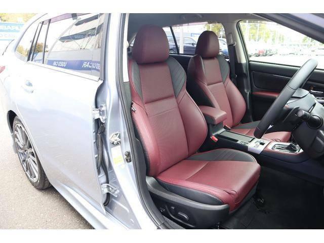 STI専用ボルドーカラーの本革シート。パワーシート付きなので身長に関わらず最適な運転ポジションが取れます