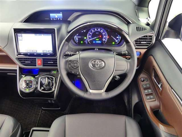 高級感のある運転席周りですね♪乗っていて落ち着けるデザインです。もちろん使い勝手もとても良いです。是非、お確かめください。