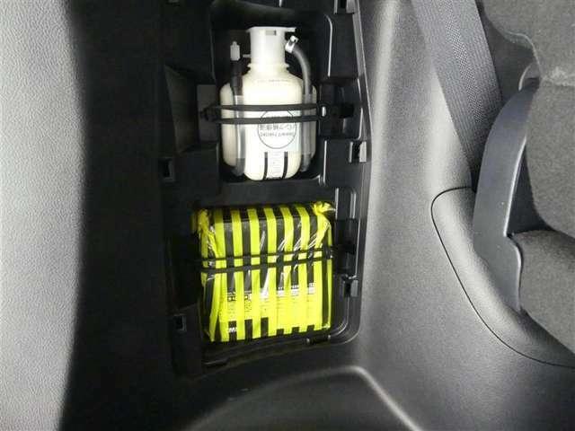 スペアタイヤの代わりにパンク時の修理キットが入っています。