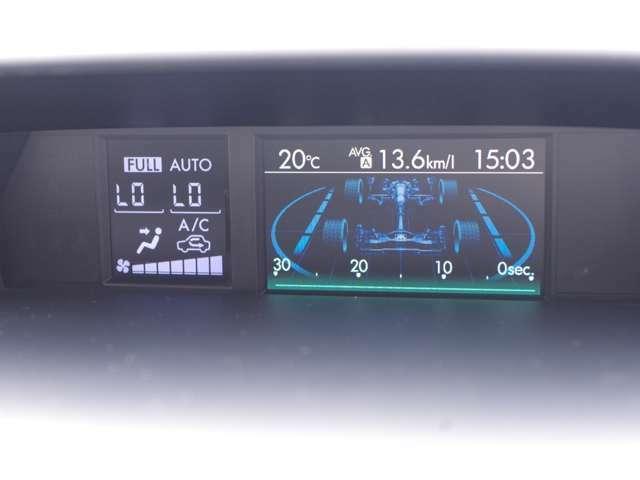 マルチファンクションディスプレイ。燃費表示など各種表示と設定が出来、異常を検知すると警告表示が割り込み表示されます。