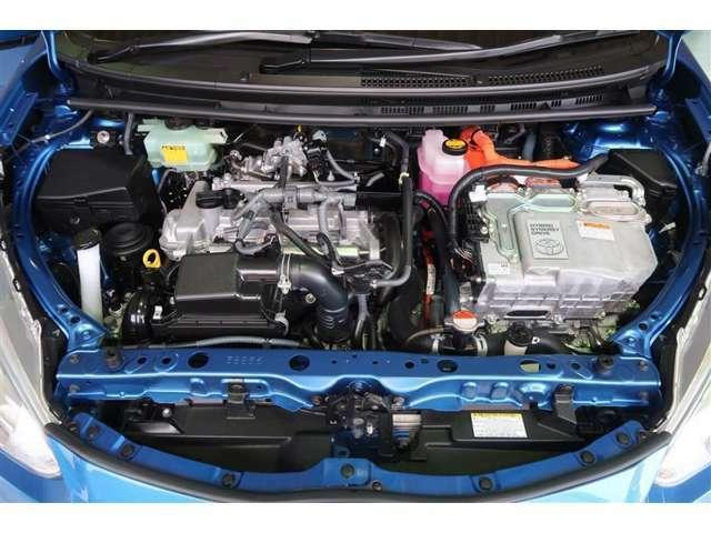 エンジンルームの樹脂部分は丁寧に磨いてツヤをだします。当社のエンジンルームはきれいです!