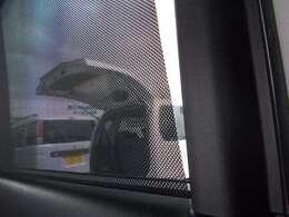 リヤドアには、引き出してガラスを覆うロールサンシェードを内蔵。直射日光を防いで車内を快適に保つほか、お子さまの着替えの際など、プライバシーの保護にも役立ちますよ☆