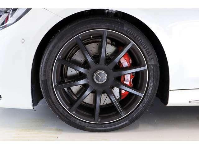 AMG10スポーク20インチブラックホイールにレッドキャリパーが足元を飾ります。