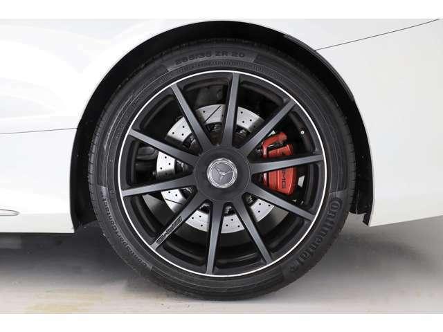 タイヤはコンチネンタル コンチスポーツコンタクト5P F:255/40ZR20 R:285/35ZR20です。