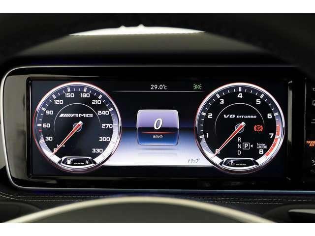 330km/hまで刻まれた専用メーターパネルにはカラーマルチファンクションディスプレイを搭載し、AMGのロゴがスタートアップスクリーンに表示され、乗り込んだ瞬間からドライビングマインドを強く刺激します。