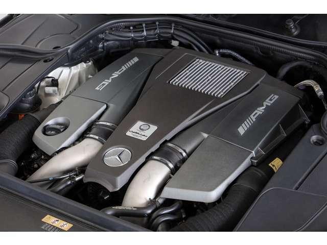 5.5リッターV型8気筒DOHCツインターボエンジン。