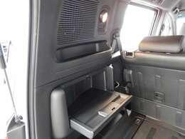 荷室のサイドには、スポットライトとサイドテーブルが装備されています。車内での作業や車中泊にも活躍しますよ。