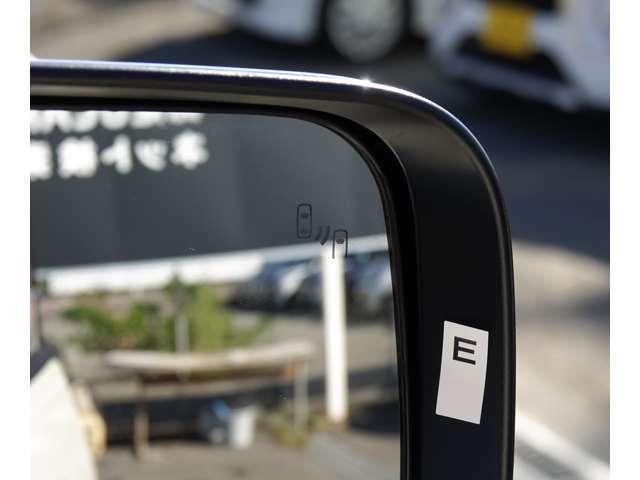 死角となりがちな並走車両をミラー内のインケーターで注意を喚起。後側方車両検知警報システム(レーンチェンジアシスト機能付)[BSW/LCA]付き