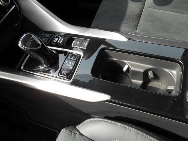 電動パーキングや、シートヒータースイッチがコンソールに設置されています。