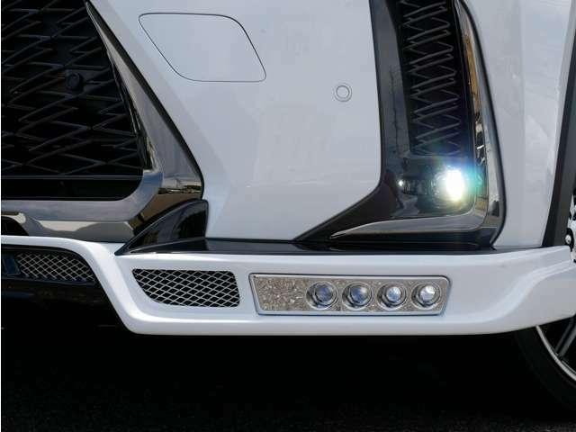 フロントスポイラーには片側4灯ずつのLEDをインストール。ラグジュアリーな雰囲気を格上げさせるためにLED灯の周りをメッキパーツで仕上げました。