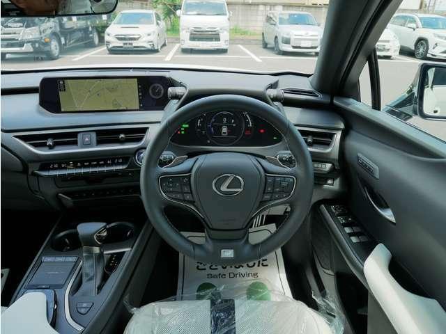 見渡しの良いドライビングシートは見切りもよく安心感があります。上品なホワイトレザーシートはドアを開けた瞬間から心地の良いドライブを約束してくれます。