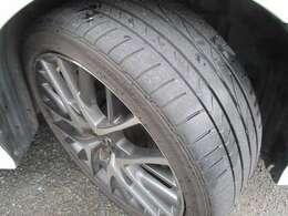 純正の19インチアルミホイール!タイヤの溝もまだまだあります!