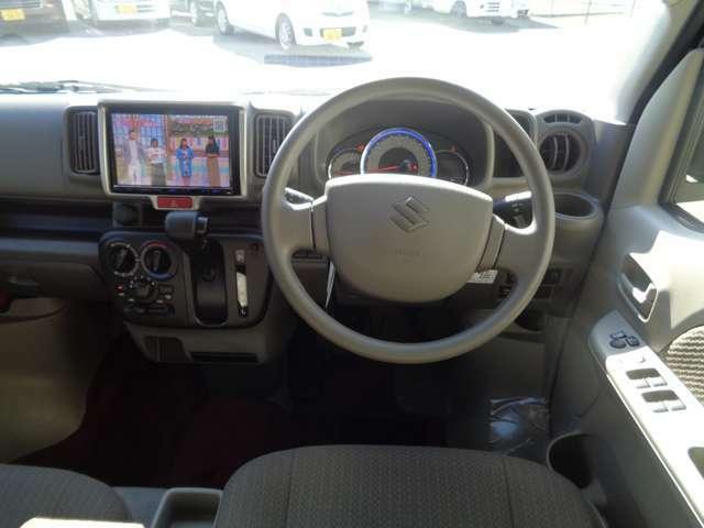 運転席廻りの画像になっています。とてもゆったりとしたスペースになっています。
