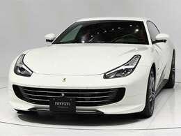 ボディカラーBianco Avus(白)にインテリアRosso Ferrari(赤)の組み合わせでございます。