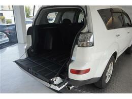 アウトランダーのバックドアは上下開きが可能!重いタイヤ等も楽々積めます!