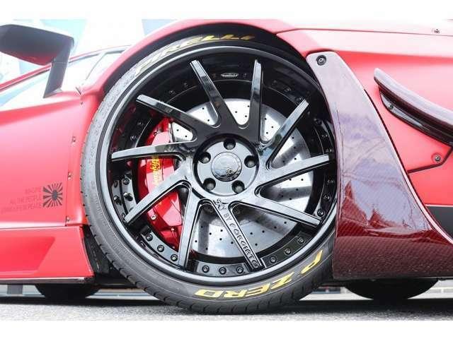 ホイールはSKYFORGED S217 ホイール装備!!タイヤレターはイエロー!!レッド×イエロー非常にマッチしております。タイヤはピレリFr255/30R20 Rr355/25R21