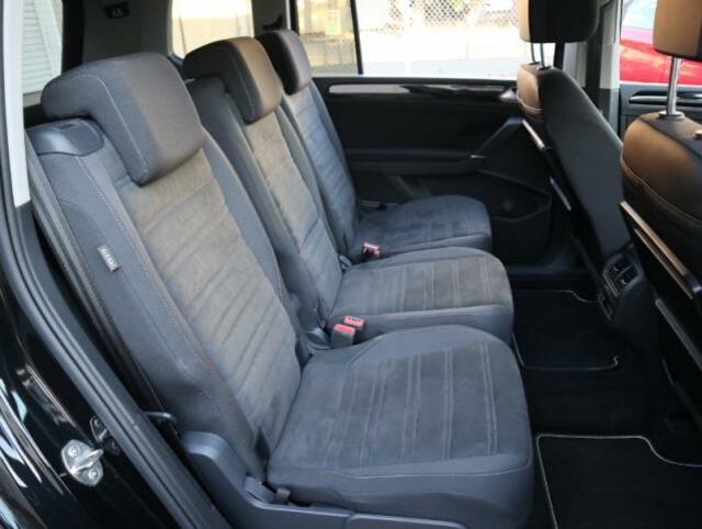 セカンドシートは足元に余裕があるだけでなく、シートヒーターや折り畳み式テーブルも備わってとても快適です。