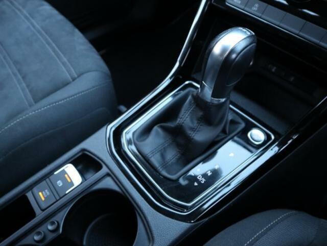 7速DSGで街中や高速道も軽快です。またスマートキーを装備しておりますので施錠、解錠、エンジンスタートもワンタッチです。