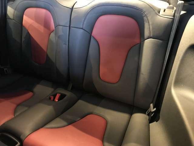 後部座席・・・さすがに大人は座れないが、手荷物等を置くには、充分すぎるほどのスペースとなる・・・革の状態はご覧の通り、非常に良いクオリティーを保っている・・・。
