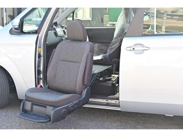 助手席が回転して車外へスライドダウンします。左側は便利な電動スライドドア付きです。大きくスライドしますので、リフトアップシートを使用する場合にも便利です!