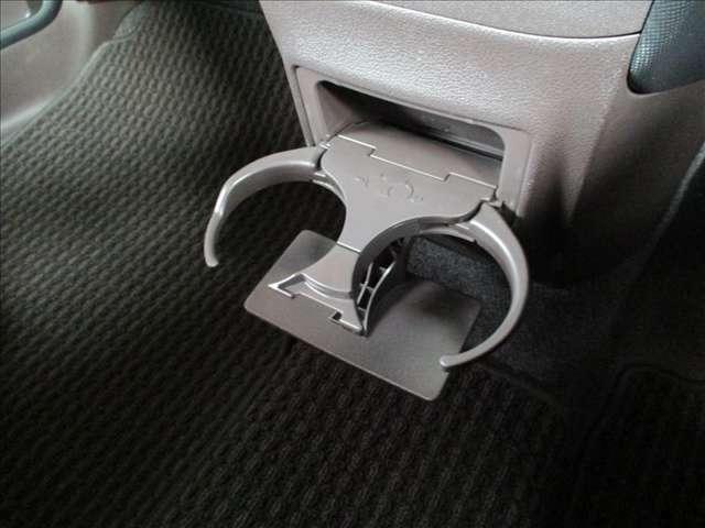 通勤時やドライブの際にあるとうれしいドリンクホルダーも装備★★★