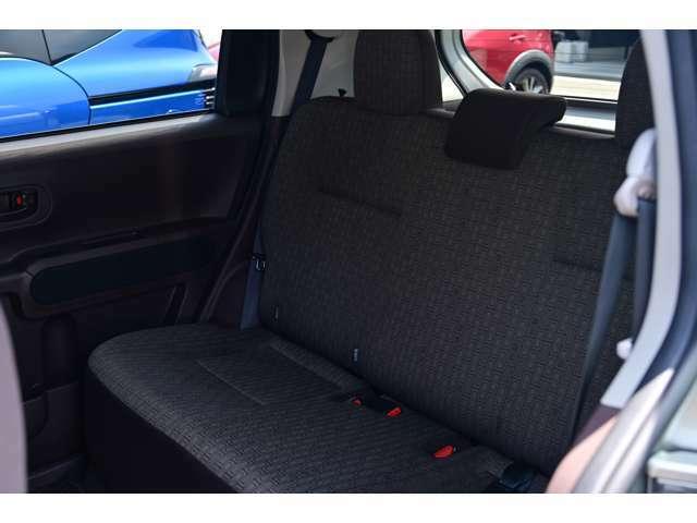 禁煙車で綺麗・清潔なリヤシートです。柔らかな生地で座り心地も良好です。さらに、当社においてクリーニング&除菌処理を施工済みでう。お子様を乗せられる家庭でも安心してお使い頂けます★☆★☆★