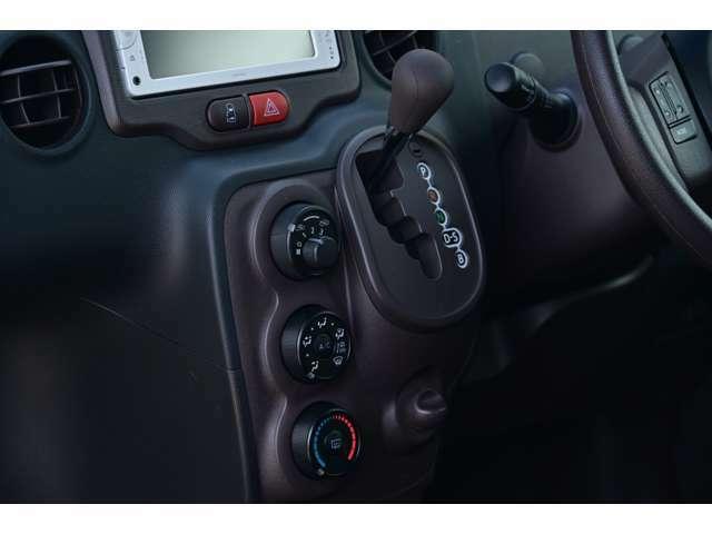 マニュアル式エアコンで操作はいたってシンプルで簡単!初めて車を運転する方でもご安心下さい♪