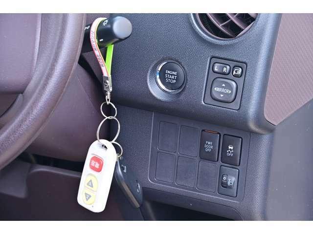 キーレス付きアドバンスドキーでドアの開錠・施錠が簡単に行えます。エンジンスタートもスタートボタンを押すだけでOKです。