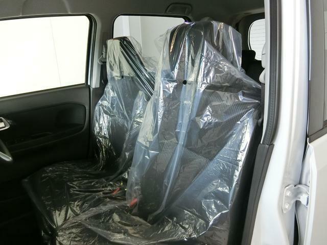 ベンチシートでゆったりと座れます!アームレスト付きで運転姿勢を安定できます!