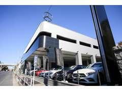 港町ヨコハマに国内有数の展示台数を誇るショールームです。 新車、認定中古車の販売から整備までお気軽にお問い合わせ下さい。